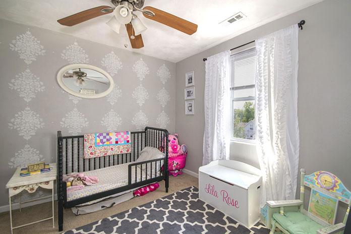 Pokój niemowlęcy z szarą tapeta w delikatny wzór