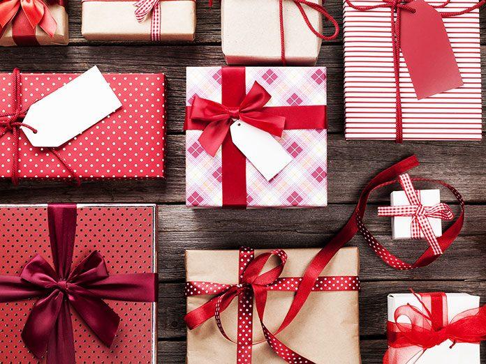 Ozdobnie zapakowane prezenty dla pracowników