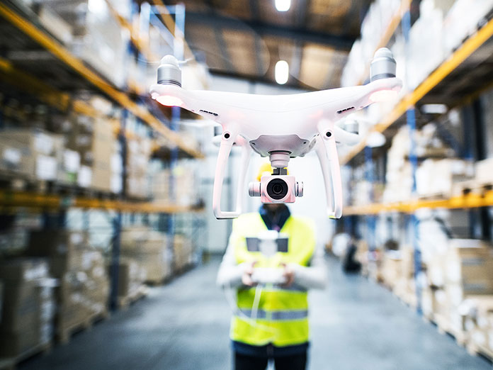 Pracownik uczący się obsługi drona