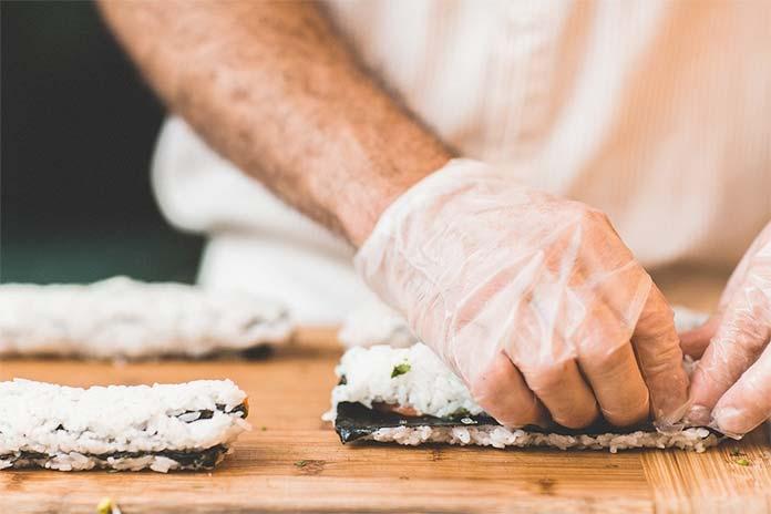 kucharz przygotowujący sushi