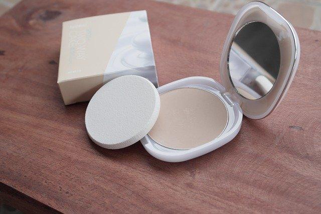Pudry do twarzy - który puder wybrać? Czy jest niezbędnym kosmetykiem?