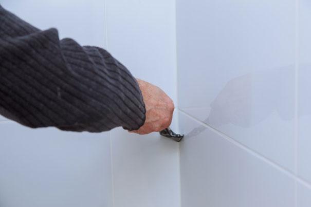 Jak usunąć silikon z płytek
