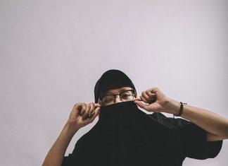 Jak nosić czarny T-shirt męski