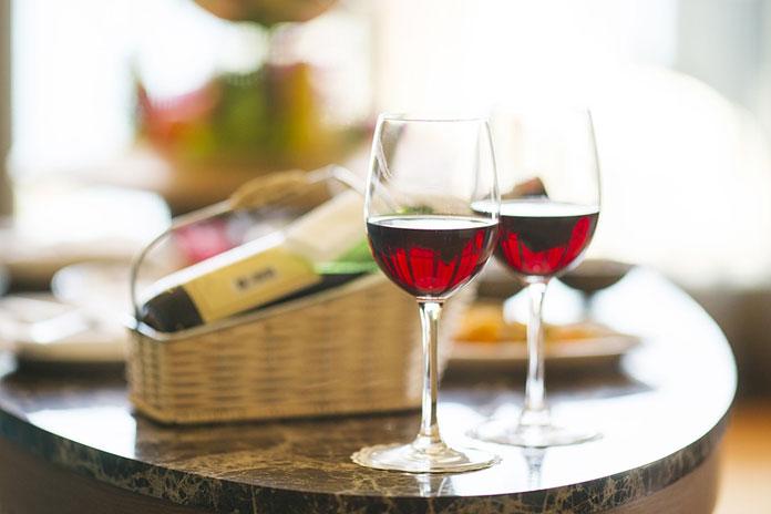 wino w kieliszkach