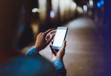 chronić smartfon za pomocą szkła hartowanego i etui